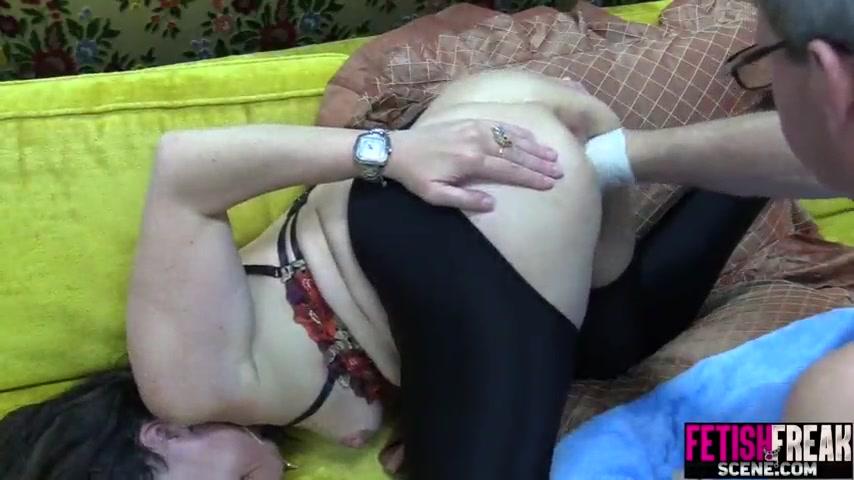 Шалава с раздолбанной вагиной кайфует от жесткого фистинга в перчатках